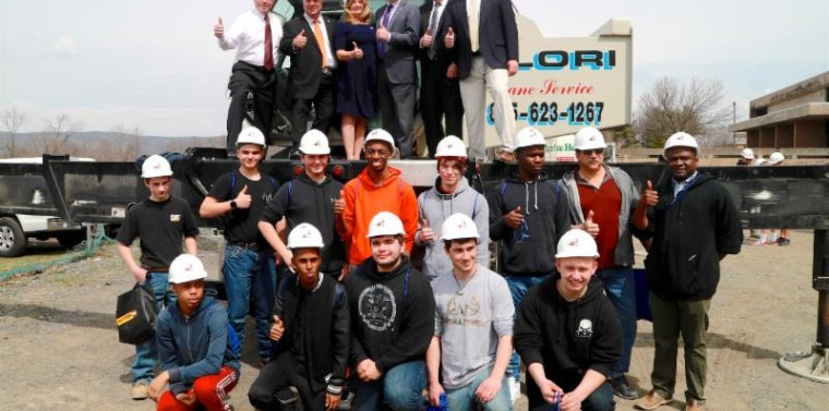 2018 Hudson Valley Construction Day Senator Murphy joins elected officials and students to see how an industrial crane operates.
